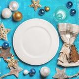 Kerstmis, de achtergrond van de Nieuwjaarvakantie met witte plaat in centrum Royalty-vrije Stock Afbeeldingen