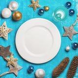 Kerstmis, de achtergrond van de Nieuwjaarvakantie met witte plaat, exemplaarruimte Royalty-vrije Stock Foto's