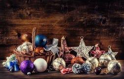 Kerstmis De decoratie van Kerstmis Kerstmisballen, sterren, Kerstmisornamenten van kenwijsjeklokken Stock Afbeelding