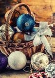 Kerstmis De decoratie van Kerstmis Kerstmisballen, sterren, Kerstmisornamenten van kenwijsjeklokken Stock Foto's