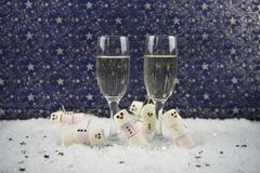 Kerstmis of de fotografiebeeld die van de van het Nieuwjaarvoedsel en drank die heemst gebruiken als sneeuwman in sneeuw met glaz Stock Foto's