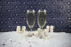 Kerstmis of de fotografiebeeld die van de van het Nieuwjaarvoedsel en drank die heemst gebruiken als sneeuwman in sneeuw met glaz Royalty-vrije Stock Afbeelding