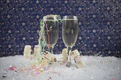 Kerstmis of de fotografiebeeld die van de van het Nieuwjaarvoedsel en drank die heemst gebruiken als sneeuwman in sneeuw met glaz Stock Foto