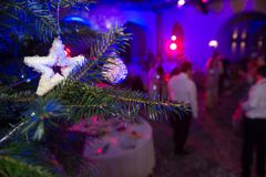 Kerstmis De mensen dansen en hebben pret Algemene mening van zaal i Royalty-vrije Stock Fotografie