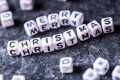 Kerstmis De tijd van Kerstmis De decoratie van Kerstmis Woorden Vrolijke Kerstmis met rode Kerstmisdecoratie Stock Foto's