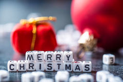 Kerstmis De tijd van Kerstmis De decoratie van Kerstmis Woorden Vrolijke Kerstmis met rode Kerstmisdecoratie Royalty-vrije Stock Afbeelding