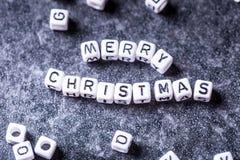 Kerstmis De tijd van Kerstmis De decoratie van Kerstmis Woorden Vrolijke Kerstmis met rode Kerstmisdecoratie Stock Foto