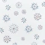 Kerstmis of de winterconcept Het patroon van diverse met de hand gemaakte sneeuwvlokken maakte van parels en bugel op lichtblauwe royalty-vrije stock afbeelding