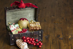 Kerstmis Decoractions in een Uitstekende Doos Royalty-vrije Stock Foto