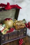 Kerstmis Decoractions in een Uitstekende Doos Stock Afbeelding