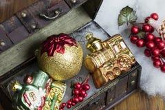 Kerstmis Decoractions in een Uitstekende Doos Stock Foto