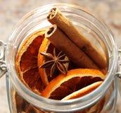 Kerstmis decorati-Dried sinaasappelen die in de kruik worden geplaatst Stock Foto