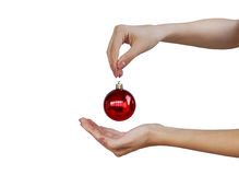 Kerstmis, decoratie, vakantie en mensenconcept - sluit omhoog van van de holdingskerstmis van de vrouwenhand de rode bal Royalty-vrije Stock Foto