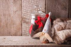 Kerstmis decoratief binnenlands stuk speelgoed op een houten lijst met ruimte voor tekst, vooraanzicht, rustiek huisdecor, hygge  royalty-vrije stock foto