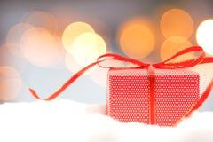 Kerstmis decoratief met rode giftdoos en sneeuwvlok Vrolijke Kerstmis en Gelukkig Nieuwjaar 2018 royalty-vrije stock afbeeldingen