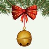 Kerstmis decoratieve achtergrond van kleurrijke pijnboomtakken en van kenwijsjeklokken tegenhanger van decoratief lint op wit stock illustratie