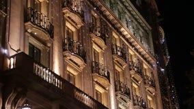 Kerstmis Decoratieve Geleide Lichten van Barcelona op Voorgevel stock video