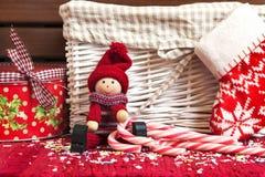Kerstmis decoratieve houten pop met giftdoos en Kerstmissok stock afbeeldingen