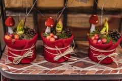 Kerstmis Decoratieve Pot met Denneappelambacht stock afbeeldingen