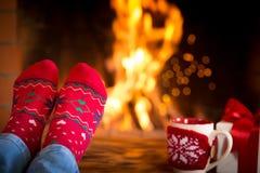 Kerstmis dichtbij open haard royalty-vrije stock foto