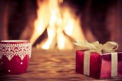 Kerstmis dichtbij open haard stock afbeeldingen