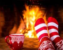 Kerstmis dichtbij open haard royalty-vrije stock afbeeldingen
