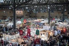 Kerstmis die bij de Oude Spitalfields-markt in Londen winkelen Stock Foto's