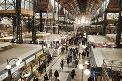 Kerstmis die bij Grote Marktzaal winkelen Stock Fotografie
