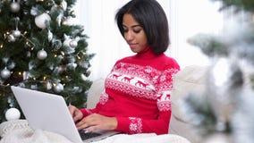 Kerstmis die thuis winkelt stock footage