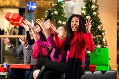 Kerstmis die - vrienden in wandelgalerij winkelt Stock Afbeelding