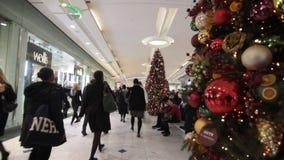 Kerstmis die in wandelgalerij winkelen stock videobeelden