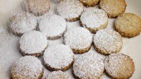 Kerstmis die zoete koekjes bakken stock footage