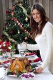 Kerstmis diner geroosterd Turkije van de vrouw Stock Fotografie