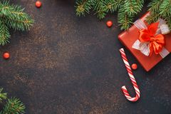 Kerstmis donkere achtergrond met sparrentakken, suikergoedriet en giftdoos stock foto