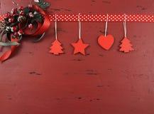 Kerstmis donkerrode wijnoogst gerecycleerde houten achtergrond met het hangen van houten horizontale ornamenten - Royalty-vrije Stock Foto