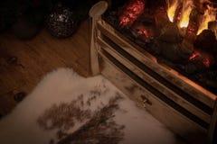 Kerstmis door de open haard stock fotografie