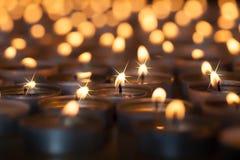 Kerstmis door kaarslicht Romantische het fonkelen gloed van vele brandwond royalty-vrije stock afbeeldingen