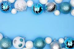 Kerstmis dubbele grens van blauwe, witte en zilveren ornamenten over blauw royalty-vrije stock afbeeldingen