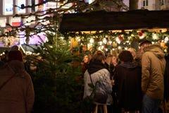 Kerstmis 2016 in Duitsland, mensen op de Markt stock foto's