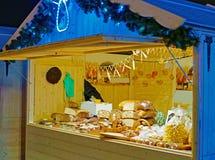 Kerstmis eerlijke kiosk met ladingen van delicaces van lokale keuken Stock Foto
