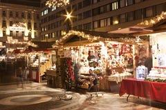 Kerstmis eerlijke tribunes vóór de Heilige Stephen Basilica stock foto's