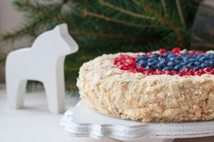Kerstmis eigengemaakte cake met bosbessen en granaatappel op houten achtergrond royalty-vrije stock afbeeldingen