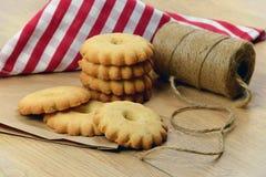 Kerstmis Eigengemaakte gebakjes met kaneel, vanille, pinda's royalty-vrije stock afbeeldingen
