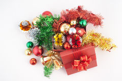 Kerstmis en de Gelukkige die doos van de Nieuwjaargift met decoratie en kleurenbal op witte achtergrond wordt geïsoleerd Stock Afbeeldingen