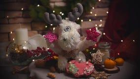 Kerstmis en de nieuwe achtergrond van de jaardecoratie met ronde bokeh slinger, kaneel, koekjes, kegels, noten en kaars in kop stock videobeelden