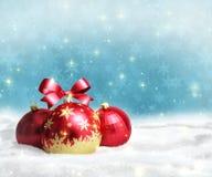 Kerstmis en de nieuwe kaart van de jaargroet met rode ballen op sneeuw en ruimte voor tekst Royalty-vrije Stock Afbeelding