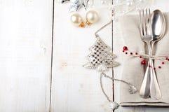 Kerstmis en de Nieuwe plaats die van de jaarlijst met decoratie plaatsen royalty-vrije stock foto