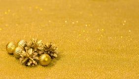 Kerstmis en Gelukkige Nieuwjaar feestelijke achtergrond met gouden ballen Royalty-vrije Stock Afbeeldingen