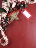 Kerstmis en Gelukkige Vakantieachtergrond op donkerrood wijnoogst gerecycleerd hout Royalty-vrije Stock Foto's