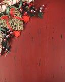 Kerstmis en Gelukkige Vakantieachtergrond op donkerrood wijnoogst gerecycleerd hout - verticaal Stock Fotografie